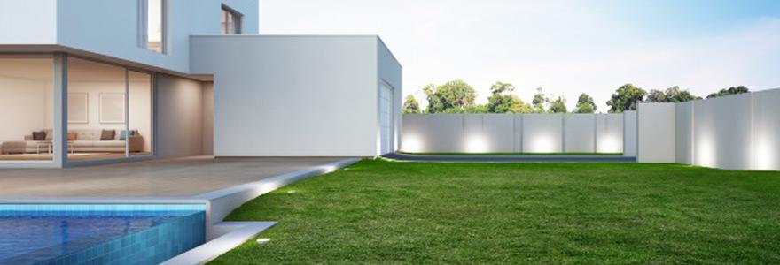 éclairage d'un jardin d'une maison avec des spots LED extérieurs encastrés au sol autour du jardin et de la piscine